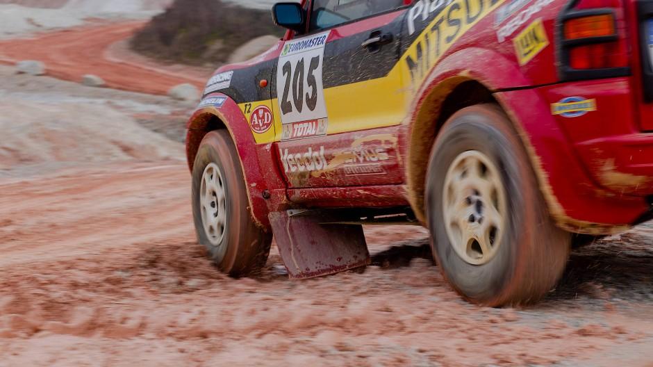 20 Jahre nach seinem Rallye-Sieg macht der Mitsubishi Pajero immer noch eine gute Figur, nur jetzt in einem Steinbruch bei der Saalburg im Taunus.