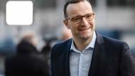 Jung und konservativ und eine Kritiker von Kanzlerin Merkel: Jens Spahn