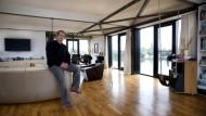 Maßarbeit im Kranhaus: Passend zum Drehteller hat Sven Thomsen rundes Sofas darauf gestellt