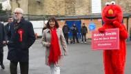 """Wahltag in London: Auch Labour-Chef Jeremy Corbyn mit seiner Frau Alvarez geben im Stadtteil Islington ihre Stimmen ab. Rechts daneben steht ein politischer Aktivist für die Rechte von Vätern sowie Gründer der Partei """"Give Me Back Elmo"""""""