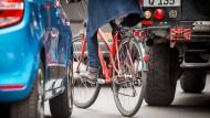 Durch einen zugeparkten Radweg weicht eine Fahrradfahrerin in Berlin auf die Fahrbahn aus.