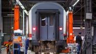 Ein Waggon wird im Bahnwerk Neumünster instandgesetzt.