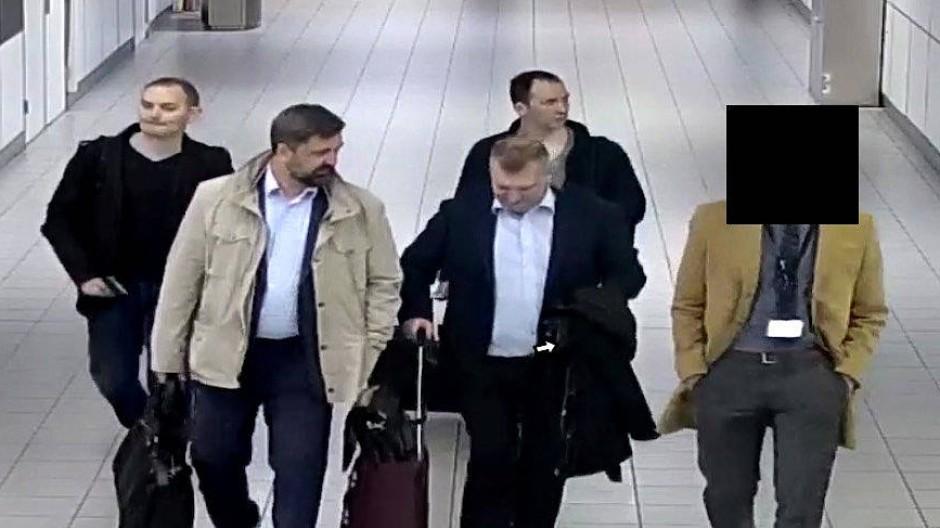 Ein Fahndungsfoto des niederländischen Verteidigungsministeriums zeigt die vier russichen Bürger, die verdächtig werden, sich in das System der OPCW gehackt zu haben – aufgenommen am Flughafen in Amsterdam im April 2018.