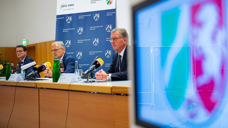 In Münster informieren Oberstaatsanwalt Martin Botzenhardt (l-r), Joachim Poll, Leiter der Ermittlungen, und Polizeipräsident  Rainer Furth über den Stand der Ermittlungen.