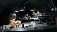 Das Herz der Uhr: In Biel werden alle Rolex-Uhrwerke von hochqualifizierten Uhrmachern von Hand montiert. Auch die Komponenten stellt man selbst her.