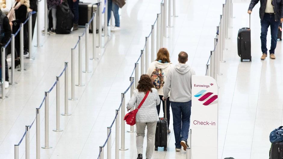 Bei der deutschen Lufthansa-Tochter Eurowings soll der Betrieb am Montag wieder normal angelaufen sein.