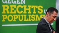 """Bundesvorsitzender der Grünen Cem Özdemir vor einem Plakat mit der Aufschrift """"Gegen Rechts und Populismus"""""""