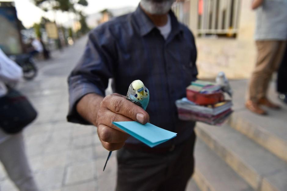 Weise Verse: In iranischen Städten werden auf der Straße und in öffentlichen Verkehrsmitteln Schnipsel mit Hafis-Gedichten verkauft.
