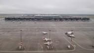 Blick aus dem Tower auf das Rollfeld vor dem Terminal