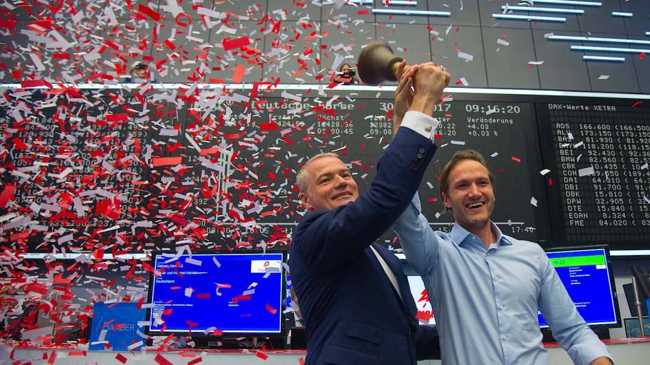 Vorbild zu Besuch: Niklas Östberg von Delivery Hero (rechts) und Börsenchef Carsten Kengeter läuten am Freitag in Frankfurt den Börsenstart von Delivery Hero ein. Das Berliner Start-up ist aktuell wertvoller als Hugo Boss, Stada und K+S.