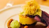 Im vierten Gang: Käse-Lauchknödel, gebratene Knödelscheibe, Vegi-Jus, gerauchter Rotkohl, Spitzkraut-Creme, Gewürz-Crumble