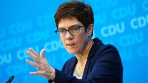 Kramp-Karrenbauer lehnt Koalition mit AfD in Sachsen ab