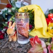 Blumen und Kerzen liegen vor dem Eingang der Kindertagesstätte in Seckbach.