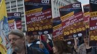 """""""Oxi"""" zum ewigen Kaputtsparen: Mitglieder der kommunistischen Partei Griechenlands, bei einer Demonstration vergangenen Freitag in Athen, halten nichts von Austeritätspolitik."""