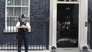 Ein Polizist bewacht den Amtssitz der Premierministerin