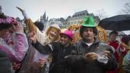 """Keine Berührungsängste: Karnevalistinnen bringen dem Afghanen Azad an Weiberfastnacht den Kölner Hochruf """"Alaaf"""" näher. Samad fotografiert derweil sein neues Outfit."""