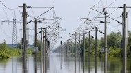 Die Fahrt mit der Bahn fällt mal richtig ins Wasser: Überflutete Gleise bei Schönhausen in Sachsen-Anhalt in diesem Juni 2013.