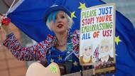 """Eine Straßenmusikantin bittet Theresa May und Jeremy Corbyn: """"Bitte hört auf! Ihr blamiert uns alle!"""""""
