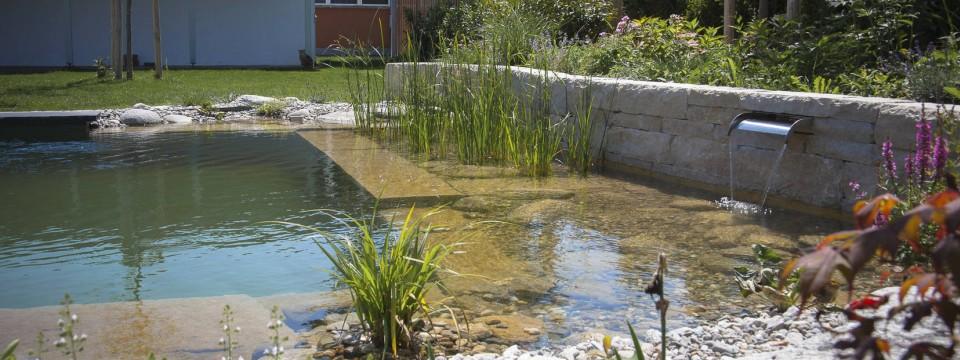 Wasser im garten font nen wasserspiel naturteich for Naturteich im garten