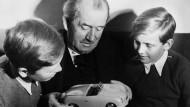 Ferdinand Ferry Porsche im Jahr 1949 mit seinen Enkelkindern Ferdinand Piëch (rechts) und Ferdinand Alexander Porsche