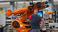 Trotz Verkauf des Roboterherstellers Kuka an den Haushaltsgerätehersteller Midea, werden in Augsburg weiter Industrieroboter gebaut.