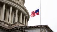 Auf Halbmast: die amerikanische Flagge am Kapitol