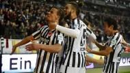 Freude unter Flutlicht: Chandler und Hector bejubeln den Sieg der Eintracht gegen Dortmund.