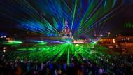 Laserstrahlen – heute faszinieren sie vor allem mit Lichtspielen, morgen durch ihre Wirkung auf die Materie im Kopf?
