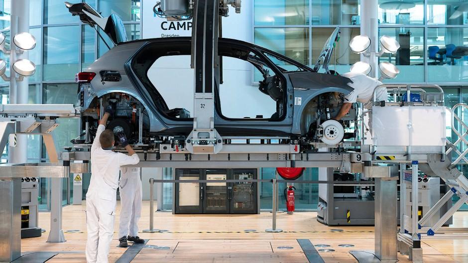 Der Mangel an Halbleitern lässt verkaufsfertige Neuwagen zu einem knappen Gut auf dem deutschen Markt werden.