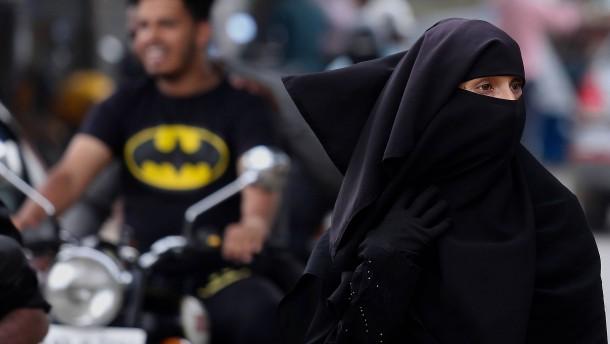 Polizei will Burka-Trägerinnen am Flughafen abfangen