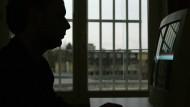 Keine Selbstverständlichkeit: Ein Gefangener in der Justizvollzugsanstalt in Freiburg im Computerraum.