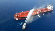 Ein Bilder der iranischen Nachrichtenagentur Tasnim zeigt einen norwegischen Tanker im Golf von Oman, der mutmaßlich von Iran attackiert wurde.