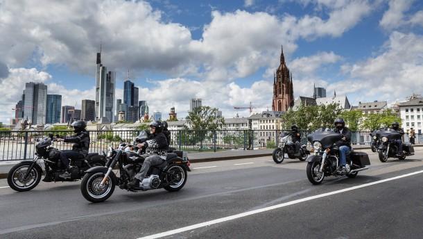 Hells Angels - Mehrere hundert Harley-Fahrer, darunter auch Mitglieder und Unterstützer der Hells Angels, wollen am Samstag durch die Frankfurter Innenstadt fahren, um gegen das Vereinsverbot des Rockerclubs zu demonstrieren.