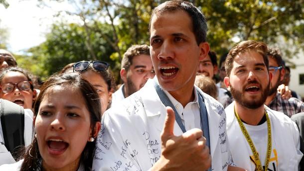 Guaidó: Es gab heimliche Treffen mit Militärs