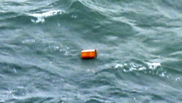Leichen, Wrackteile und Gepäck gefunden