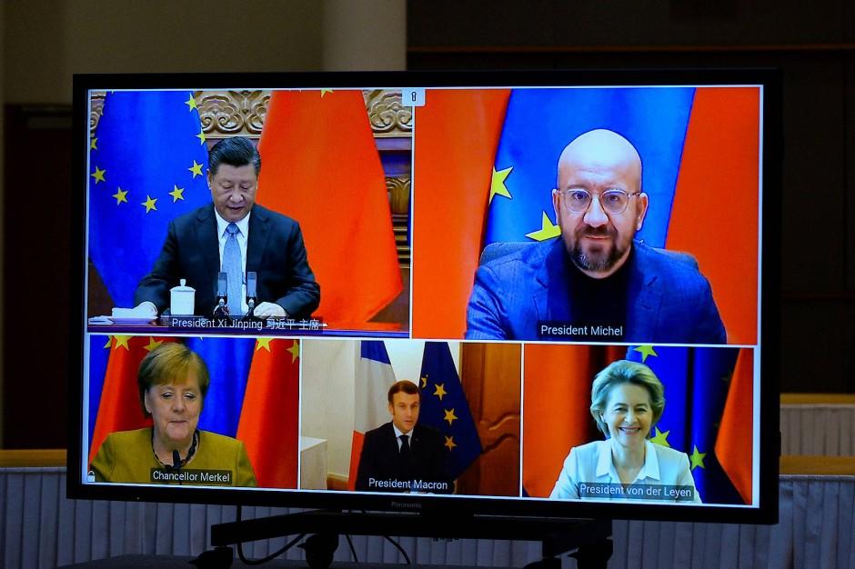 am 30. Dezember 2020 konferieren Bundeskanzlerin Angela Merkel, Frankreichs Präsident Emmanuel Macron, EU-Kommissionspräsidentin Ursula von der Leyen, EU-Ratspräsident Charles Michel und Chinas Präsident Xi Jinping.
