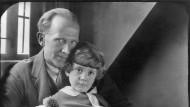 Der Bär Pu, ich und du: Christopher Robin, hier zu sehen im Jahr 1926 auf dem Schoß seines Vaters, wird zeit seines Lebens der Junge mit dem Stofftier bleiben.