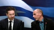 Eurogruppenchef Jeroen Dijsselbloem (l) und der griechische Finanzminister Gianis Varoufakis nach ihrem ersten Treffen in Athen.
