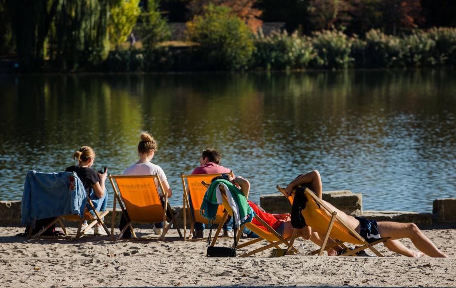 Immer schön zusammen bleiben: Das Baden in Seen hält so seine Tücken bereit.