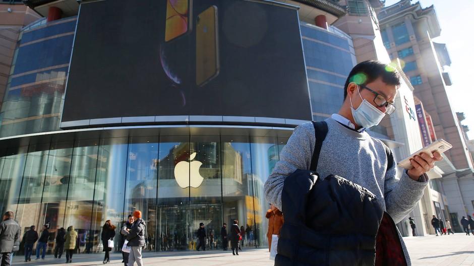 Ein Mann steht vor einem Apple-Store in der chinesischen Hauptstadt Peking.