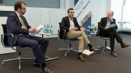Seit vier Monaten im Amt: Planungsdezernent Mike Josef zwischen Rhein-Main-Ressortleiter Matthias Alexander (links) und Rainer Schulze, dem für Stadtplanung zuständigen Redakteur