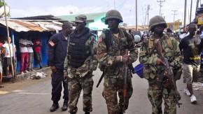 Sicherheitskräfte patrouillieren im Seuchengebiet