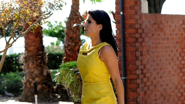 Jill Kelley in Tampa in Gelb