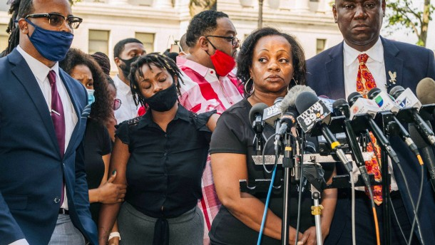 Mutter des Angeschossenen fordert Ende von Rassismus