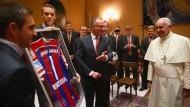 Ein Trikot für den Heiligen Vater - und eine Million Euro