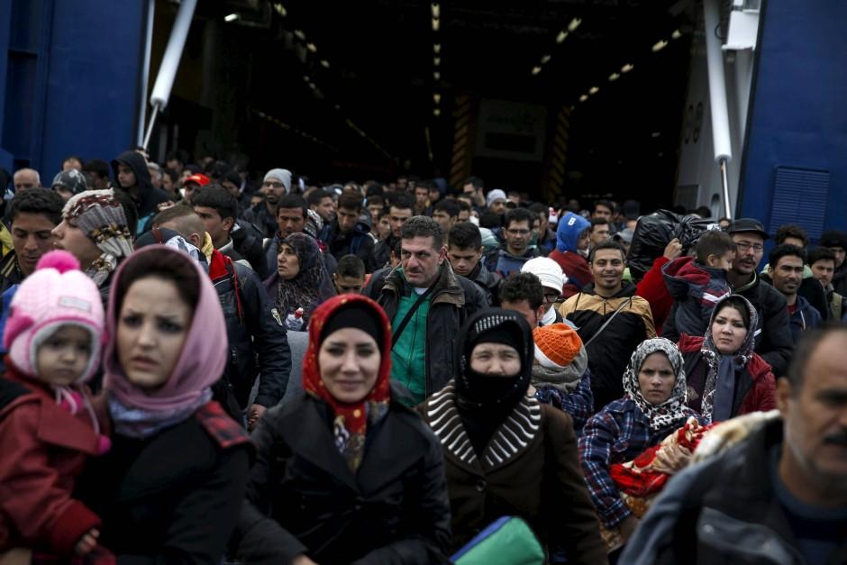 Lieber das Leben auf der Flucht riskieren, als im Heimatland verhungern: Ankommende Flüchtlinge im Hafen von Piräus
