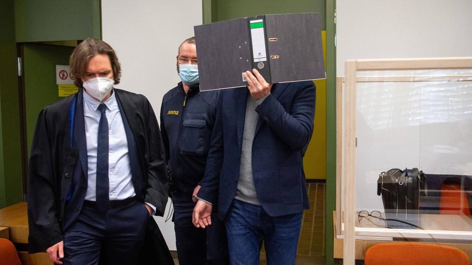 Der Angeklagte im Münchner Prozess und sein Rechtsanwalt Philip Müller