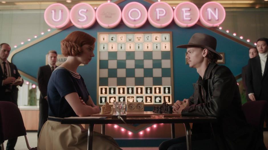 """Eine typische Szene in """"Das Damengambit"""": Beth Harmon (Anya Taylor-Joy) und ihr Freund und Gegner Benny (Thomas Brodie-Sangster) spielen eine Partie."""