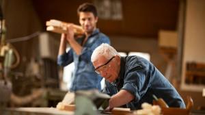 Ein älterer Schreiner kann einem jungen noch einiges beibringen.