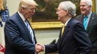 Da war die Welt  noch in Ordnung: Donald Trump empfängt Mitch McConnell, den Chef der Republikaner im Senat, im Roosevelt Room des Weißen Hauses.